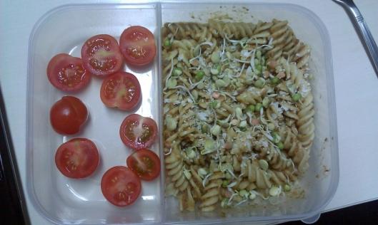 Makaron pełnoziarnisty świderki z pesto, kiełkami i pomidorkami koktajlowymi